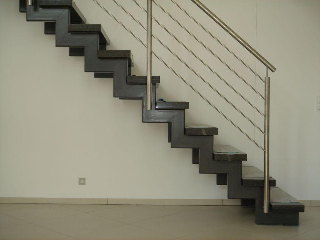 Stahlkonstruktion f r treppen aus beton naturstein und for Treppenauge verkleiden